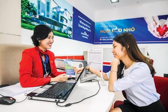 Advising customers at VietCapital. Photo: LONG THANH