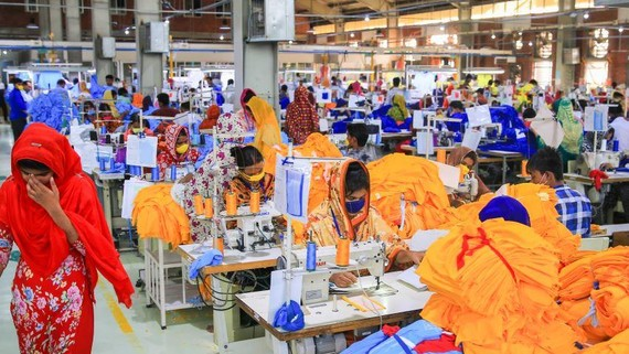 Workers at a garment factory in Bangladesh. South Korean companies, whose transfer of technical know-how helped Bangladesh become the world's second-largest textiles exporter, are looking at the potential of other emerging sectors. (Photo by Akira Kodaka)