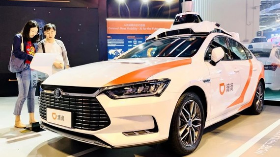 Didi Chuxing showcases its self-driving taxi at the World Artificial Intelligence Conference Friday in Shanghai. (Photo by Shunsuke Tabeta)