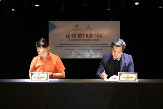 Mr. Bui Vu Thanh, founder of AMPA Education, signed a cooperation agreement with Master Ha The Dung, Rector of HCMC Dance School.