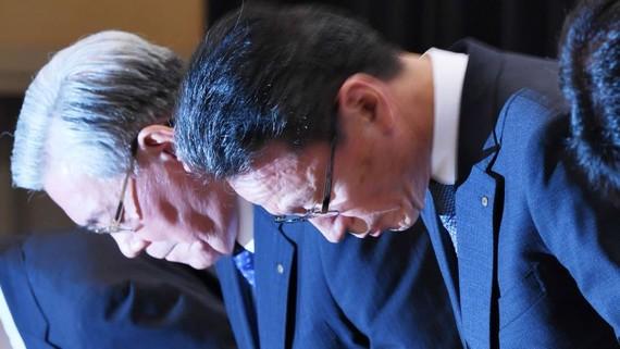 Kansai Electric Chairman Makoto Yagi, left, and President Shigeki Iwane bow at a news conference on Oct. 2. (Photo by Tomoki Mera)