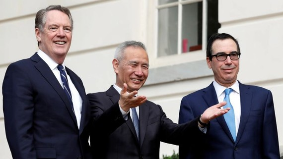 Chinese Vice Premier Liu He gestures to the media as he arrives Oct. 10 for trade talks with U.S. Trade Representative Robert Lighthizer, left, and Treasury Secretary Steve Mnuchin in Washington.   © Reuters