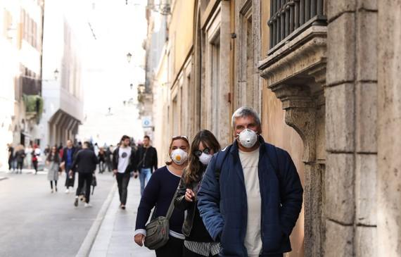 Người dân đeo khẩu trang để phòng tránh lây nhiễm COVID-19 tại Rome, Italy. (Ảnh: THX/TTXVN)