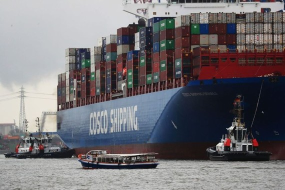 A Chinese container ship in the port of Hamburg, Germany, March 3. PHOTO: KRISZTIAN BOCSI/BLOOMBERG NEWS
