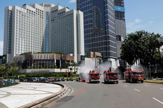 Xe phun thuốc khử trùng ở thủ đô Jakarta, Indonesia ngày 31-3 - Ảnh: REUTERS