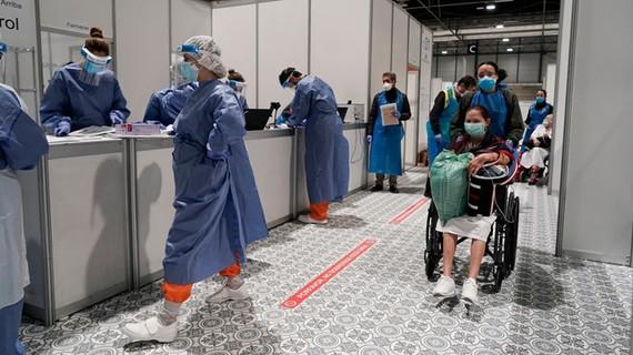 Bên trong một bệnh viện dã chiến điều trị bệnh nhân Covid-19 ở Madrid AFP