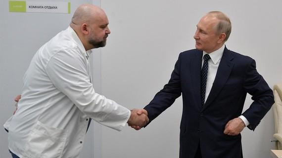 TT Putin tiep xuc gan bac si nhiem Covid-19 tu 7 ngay truoc hinh anh 1 Putin_4.jpg Tổng thống Putin tiếp xúc gần với ông Dmitry Peskov trong chuyến thăm bệnh viện hôm 24/3. Ảnh: TASS.