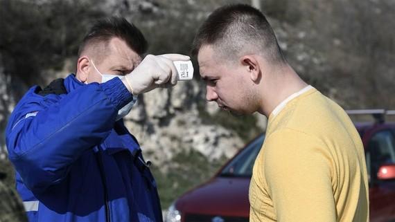 Kiểm tra thân nhiệt người đi đường ở Sevastopol. (Ảnh: Sputnik)