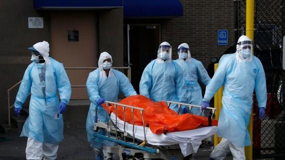 Các nhân viên y tế Mỹ đang vận chuyển thi thể một bệnh nhân mắc Covid-19 tại bang New York. Ảnh: Reuters.