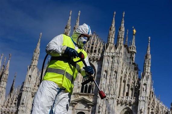 Phun thuốc khử trùng nhằm ngăn chặn sự lây lan của dịch Covid-19 tại Milan, Italia