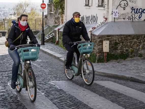Người dân tại thủ đô Paris, Pháp đeo khẩu trang khi ra đường