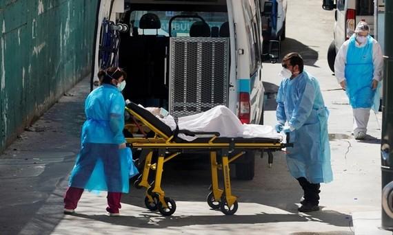 Nhân viên y tế di chuyển bệnh nhân khỏi một trại dưỡng lão ở Leganes Madrid, Tây Ban Nha, ngày 2/4. Ảnh: Reuters.