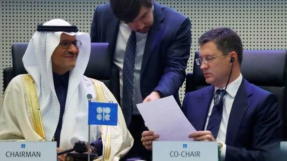Bộ Trưởng năng lượng Saudi Arabia hoàng tử Abdulaziz bin Salman Al-Saud và Bộ Trưởng năng lượng Nga Alexander Novak trong một cuộc họp OPEC và các nước đồng minh ngoài OPEC tại Vienna, Áo hồi tháng 12/2019. (Ảnh CNBC)