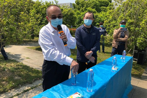 Dr. Zhang Dingyu, left, spoke Thursday in Wuhan about his hospital's experience with hundreds of coronavirus cases. PHOTO: QIANWEI ZHANG/THE WALL STREET JOURNAL