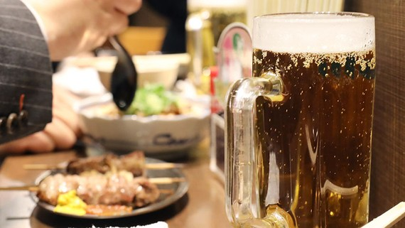 Restaurants, including izakaya pubs, will stay open until 8 p.m. and serve alcohol until 7 p.m. under Tokyo's business closure plans. (Photo by Koji Uema)