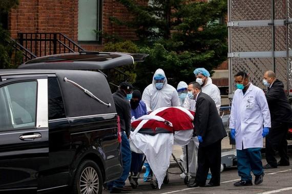 Bệnh viên ở Brooklyn phải tạm thời để thi thể bệnh nhân trong các xe lạnh vì thiếu chỗ. Ảnh: AP.