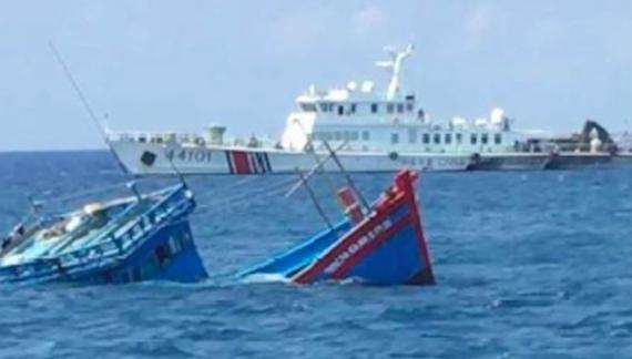 Tàu cá QNg 90617 TS của ngư dân Quảng Ngãi bị tàu hải cảnh Trung Quốc đâm chìm ở Hoàng Sa sáng 2/4. Ảnh: Ngư dân cung cấp