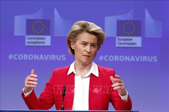 Chủ tịch Ủy ban châu Âu (EC) Ursula von der Leyen trong cuộc họp báo về nỗ lực cứu vãn nền kinh tế của liên minh châu Âu trước ảnh hưởng dịch COVID-19, tại Brussels, Bỉ ngày 2/4/2020. Ảnh: AFP/TTXVN