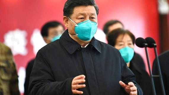 Trong bức ảnh chụp ngày 10-3-2020 của Tân Hoa Xã của Trung Quốc, Chủ tịch Trung Quốc Tập Cận Bình nói chuyện bằng video với bệnh nhân và nhân viên y tế tại Bệnh viện Huoshenshan ở Vũ Hán, trung tâm tỉnh Hồ Bắc của Trung Quốc. (Xie Huanchi / Tân Hoa Xã)