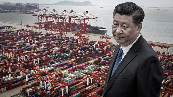 Chinese President Xi Jinping and containers stacked at Yangshan Deepwater Port in Shanghai: China's growth model will be at risk if manufacturers relocate to other countries to be less China-dependent. (Nikkei Montage/Source photo by Reuters/Getty Images)