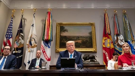 Tổng thống Donald Trump, cùng với Bộ trưởng Tài chính Steven Mnuchin và con gái Ivanka Trump, tham gia một cuộc họp video với các giám đốc điều hành ngân hàng vào ngày 7 tháng 4 tại Phòng Roosevelt của Nhà Trắng. (Ảnh: Nhà Trắng)