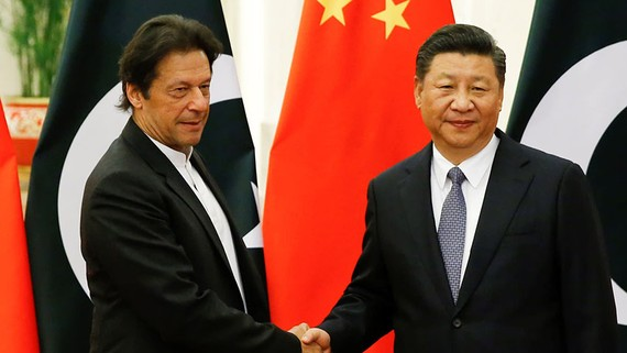 Chinese President Xi Jinping, right, greets Pakistani Prime Minister Imran Khan in Beijing, in November 2018. Khan must balance ties with Beijing and acting to protect public health in Pakistan.   © Reuters