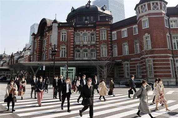 Người dân di chuyển trên đường phố tại Tokyo, Nhật Bản ngày 8/4/2020. Ảnh: AFP/TTXVN
