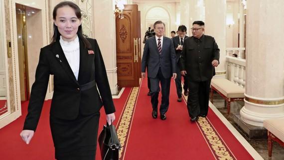 Sự nổi tiếng ngày càng tăng của Kim Yo Jong, trái, đã khiến cô được coi là ứng cử viên có khả năng kế nhiệm anh trai Kim Jong Un, phải, với tư cách là nhà lãnh đạo của Triều Tiên. © AP