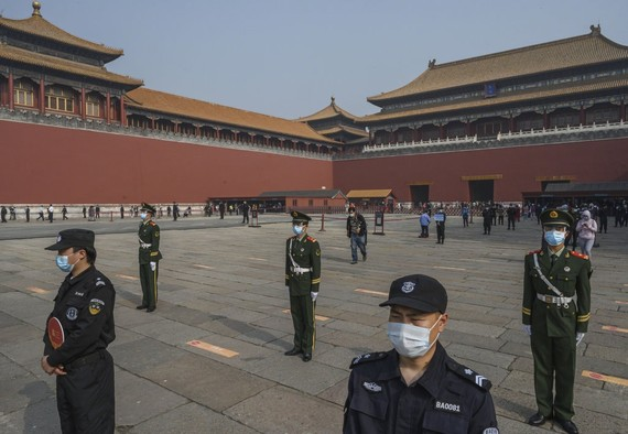 Lực lượng an ninh Trung Quốc làm nhiệm vụ tại khu Tử Cấm Thành khi khu vực này được mở cửa  trở lại từ ngày 1/5. Ảnh: Getty Images