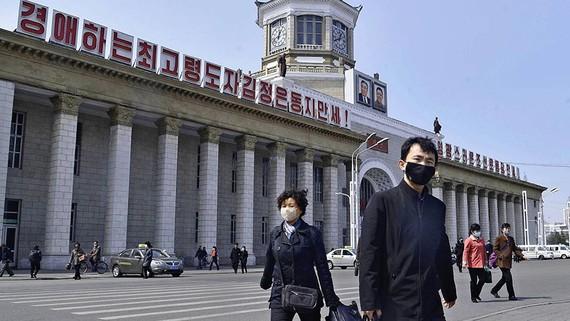 Công dân Triều Tiên đeo khẩu trang trước nhà ga Bình Nhưỡng vào ngày 1 tháng 4. © Kyodo