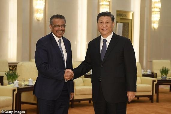 Chủ tịch Trung Quốc Tập Cận Bình (phải) bắt tay Tổng Giám đốc Tổ chức Y tế Thế giới Tedros Adhanom (trái).
