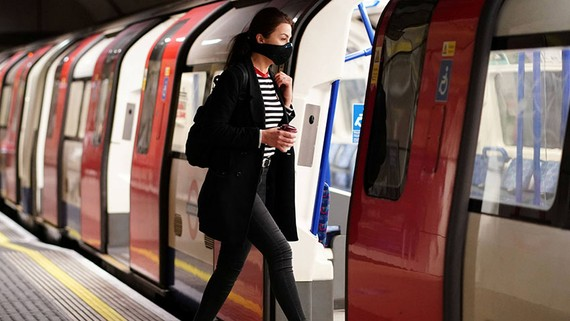 Một người phụ nữ được nhìn thấy đeo khẩu trang khi cô lên tàu ở ga tàu điện ngầm London Bridge vào ngày 14 tháng 5. © Reuters