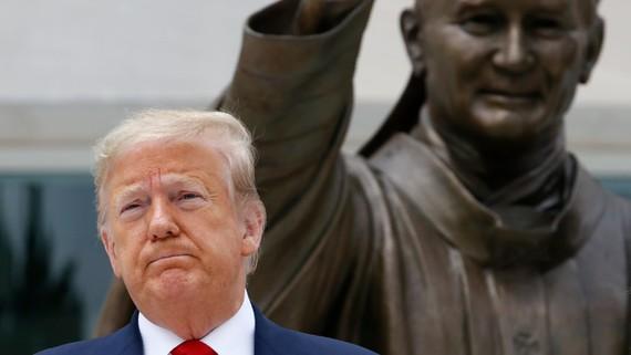 Tổng thống Mỹ Donald Trump hôm thứ Năm đã chỉ đạo một lực lượng đặc nhiệm do Bộ trưởng Tài chính Steven Mnuchin dẫn đầu để đưa ra các khuyến nghị trong vòng 60 ngày về việc bảo vệ các nhà đầu tư khỏi các hành vi gian lận tại các công ty Trung Quốc niêm yế