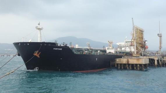 Một trong 5 tàu chở dầu Iran cập cảng Venezuela. Ảnh: Reuters