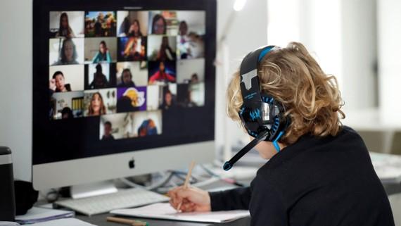 Một sinh viên ở Tây Ban Nha tham gia các lớp học trực tuyến tại nhà bằng phần mềm từ Zoom, một trong nhiều tập đoàn cảm thấy rằng họ cần phải chọn giữa Hoa Kỳ và Trung Quốc. © Reuters