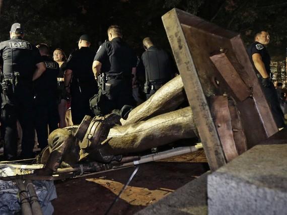 Cảnh sát đứng gác sau khi tượng Silent Sam bị người biểu tình lật đổ năm 2018. Ảnh: AP