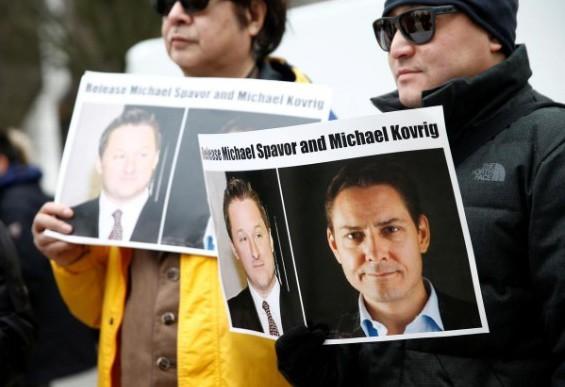 Một số người Canada kêu gọi Trung Quốc thả Michael Spavor và Michael Kovrig khi phiên điều trần dẫn độ của bà Mạnh Vãn Châu diễn ra tại Tòa án tối cao ở Vancouver, Canada, ngày 6/3/2019. ảnh: REUTERS