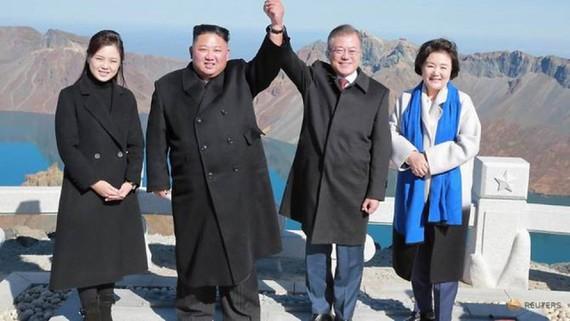 Tổng thống Hàn Quốc Moon Jae-in và nhà lãnh đạo Triều Tiên Kim Jong-un cùng hai phu nhân leo núi sau hội nghị thượng đỉnh liên triều lần 3 ở Bình Nhưỡng. (Nguồn: Reuters)