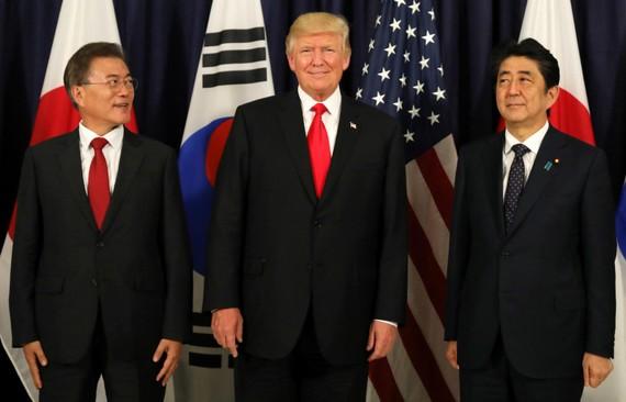 Năm 2017, Tổng thống Hoa Kỳ Donald Trump gặp Tổng thống Hàn Quốc Moon Jae-In và Thủ tướng Nhật Bản Shinzo Abe tại hội nghị thượng đỉnh G-20 tại Hamburg, Đức. Ảnh: REUTERS