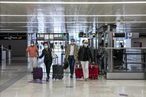 Hành khách tại một nhà ga ở Barcelona, Tây Ban Nha ngày 19/6/2020. Ảnh: THX/TTXVN