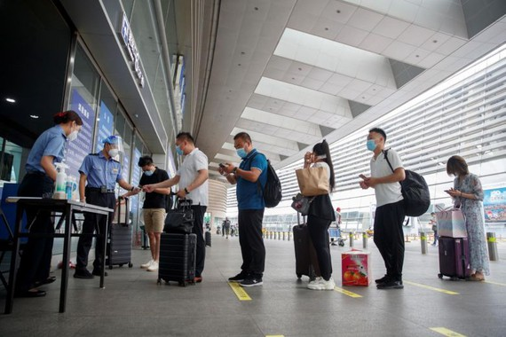 Bắc Kinh nới lỏng phong tỏa, cư dân ồ ạt 'tháo chạy'