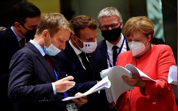 Các nhà lãnh đạo EU xem tài liệu trong hội nghị thượng đỉnh diễn ra tại Bỉ, ngày 20-7. (Ảnh: Reuters)