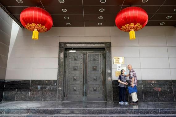 Du khách cố gắng vào Tổng lãnh sự quán Trung Quốc tại Houston vào thứ Tư 22-7-2020. | Ảnh AP / David J. Phillip