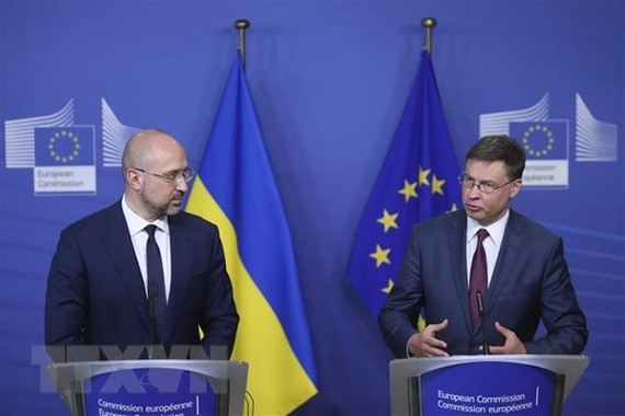 Thủ tướng Ukraine Denys Shmyhal (trái) và Ủy viên châu Âu phụ trách kinh tế Valdis Dombrovskis sau khi ký thỏa thuận hỗ trợ tài chính vĩ mô ở Brussels, Bỉ ngày 23/7/2020. (Ảnh: AFP/TTXVN)