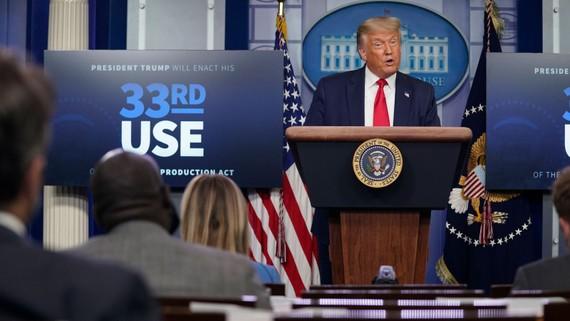 Tổng thống Mỹ Donald Trump thông báo quyết định biến Kodak thành hãng dược phẩm trong cuộc họp báo ngày 28/7. Ảnh: CNN