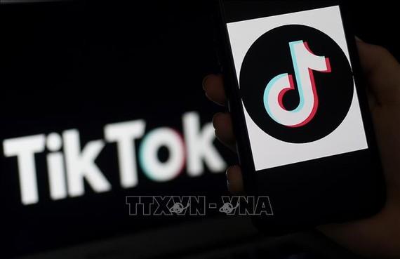Biểu tượng TikTok trên màn hình điện thoại di động ở Arlington, Virginia, ngày 13/4/2020. Ảnh: AFP/TTXVN