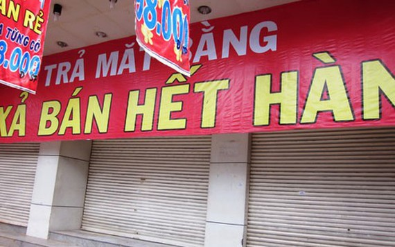 Many shops in HCMC were closed due to the impact of Covid-19 and could not compete with online purchases, causing a heavy budget loss.