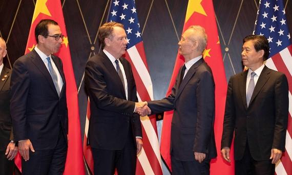 Phó Thủ tướng Trung Quốc Lưu Hạc bắt tay với Đại diện Thương mại Hoa Kỳ Robert Lighthizer trước một buổi chụp ảnh sau vòng đàm phán thương mại tại Thượng Hải vào ngày 31 tháng 7 năm 2019. Ảnh: VCG