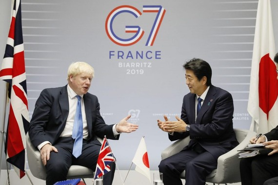 Thủ tướng Nhật Shinzo Abe và Thủ tướng Anh Boris Johnson trò chuyện tại Hội nghị thượng đỉnh G7 tại Pháp năm 2019. Ảnh: Japan Forward
