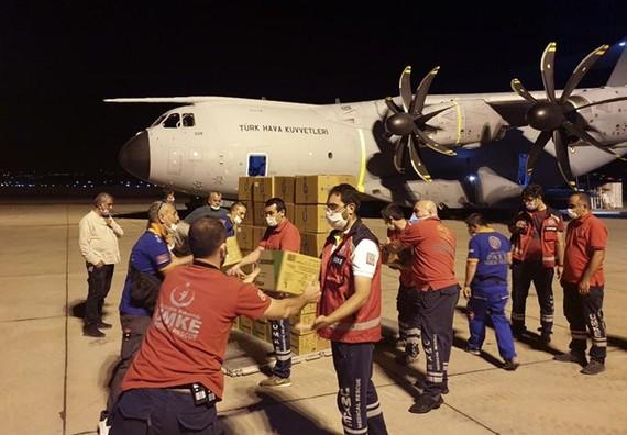 Thổ Nhĩ Kỳ gửi hàng viện trợ tới Liban. (Ảnh: BQP Thổ Nhĩ Kỳ)